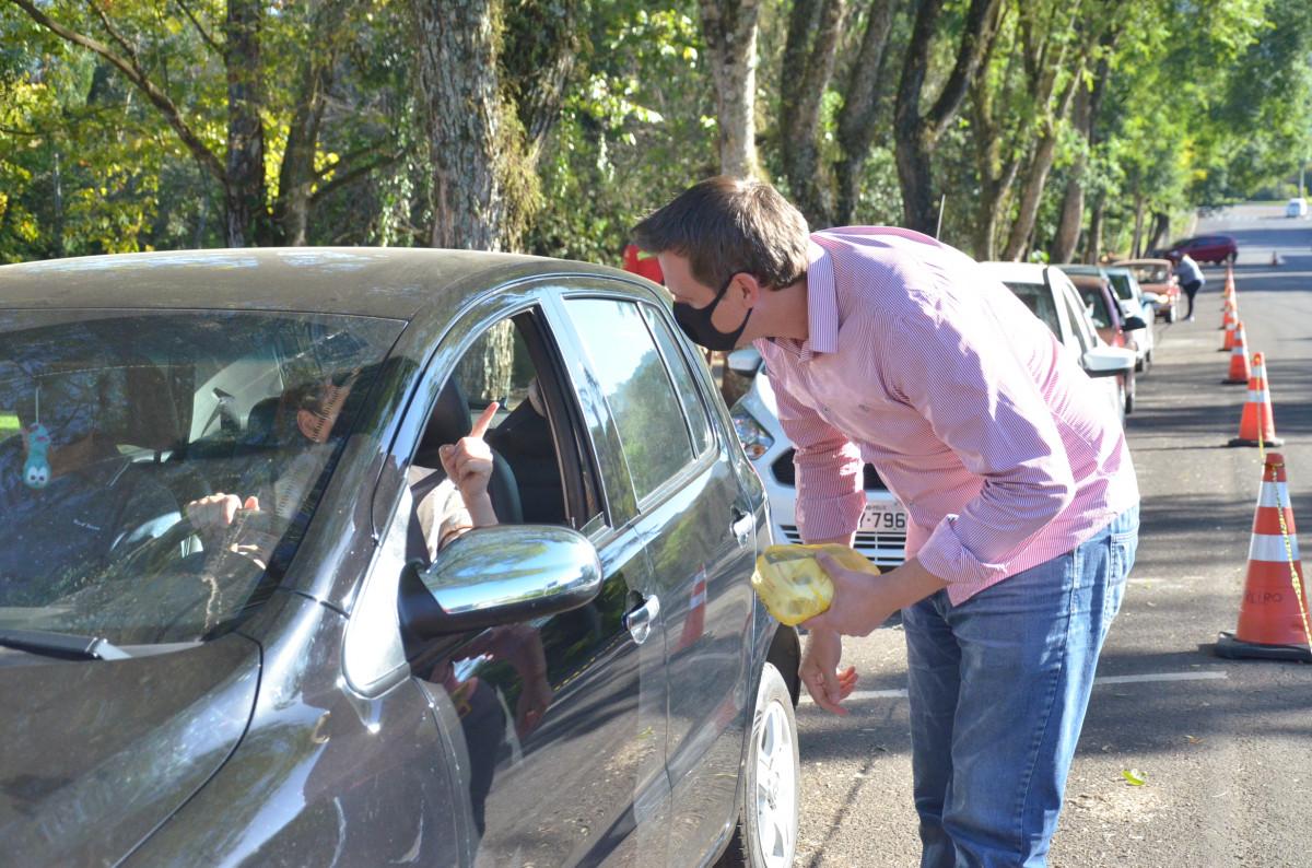 Drive - thru de vacinação arreacada alimentos e faz campanha contra a Dengue