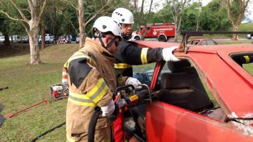 Bombeiros simulam situações de resgate