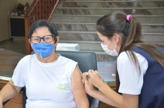Primeira dose da vacina é aplicada